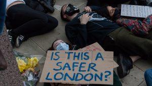 Tensiuni în Marea Britanie, după ce o tânără a fost ucisă de un poliţist. Priveghiul organizat pentru victimă, întrerupt de oamenii legii