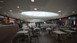 Pandemia a schimbat obiceiurile de consum. Cu 25% mai mulți români nu mai mănâncă la restaurantele din mall