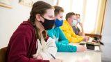 elevi cu masca pe fata in banci, la scoala.