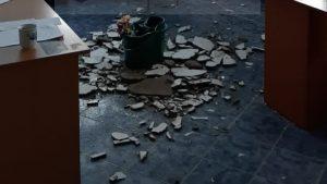 """Tavanul biroului Poliției de Proximitate Botoșani s-a prăbușit. Sindicatul Europol: """"Colegii stau cu gălețile când plouă"""". FOTO"""