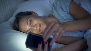 Studiu. Cum dependența de smartphone ne afectează grav somnul și cum putem scăpa de nomofobie