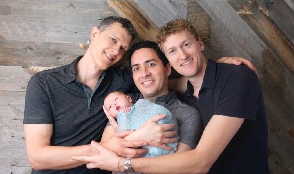 Trei tați și un bebeluș. Povestea inedită a bărbaților și cum au reușit să fie trecuți toți pe certificatul de naștere al copilului. FOTO