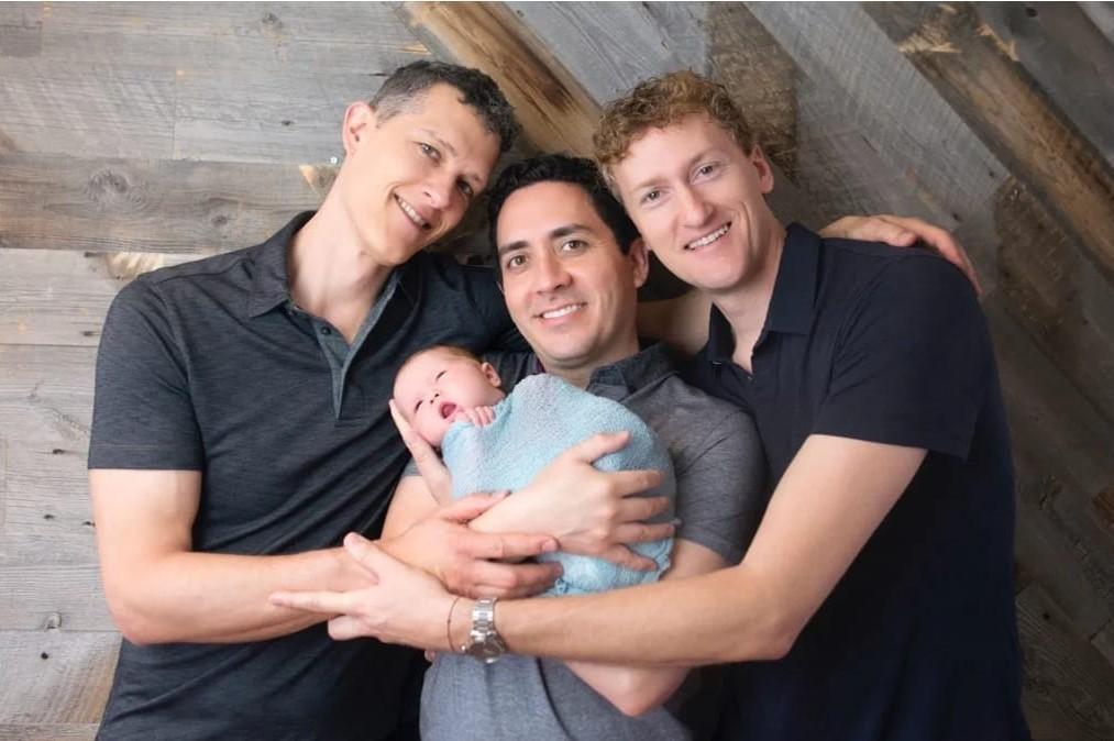 Trei tați și un bebeluș. Povestea inedită a bărbaților: cum au reușit să fie trecuți toți pe certificatul de naștere. FOTO