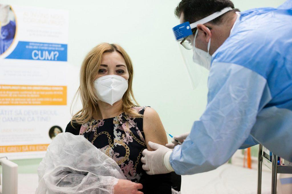 o femeie din timisoara este vaccinata anti-covid