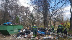 Pe malul lacului Herăstrău a apărut un munte de gunoi. Deșeurile provin de la restaurantele din parc. Cum s-a ajuns în această situație. FOTO-VIDEO