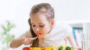 Ce trebuie să conţină alimentaţia unui copil în vacanţă. Sfaturile unui medic nutriţionist
