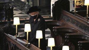 FOTO-VIDEO. Regina Elisabeta a stat singură la ceremonia de rămas-bun dedicată Prințului Philip