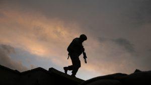 Rusia a blocat spaţiul aerian şi maritim din jurul Ucrainei. Peste 100.000 de soldaţi aşteaptă în Crimeea