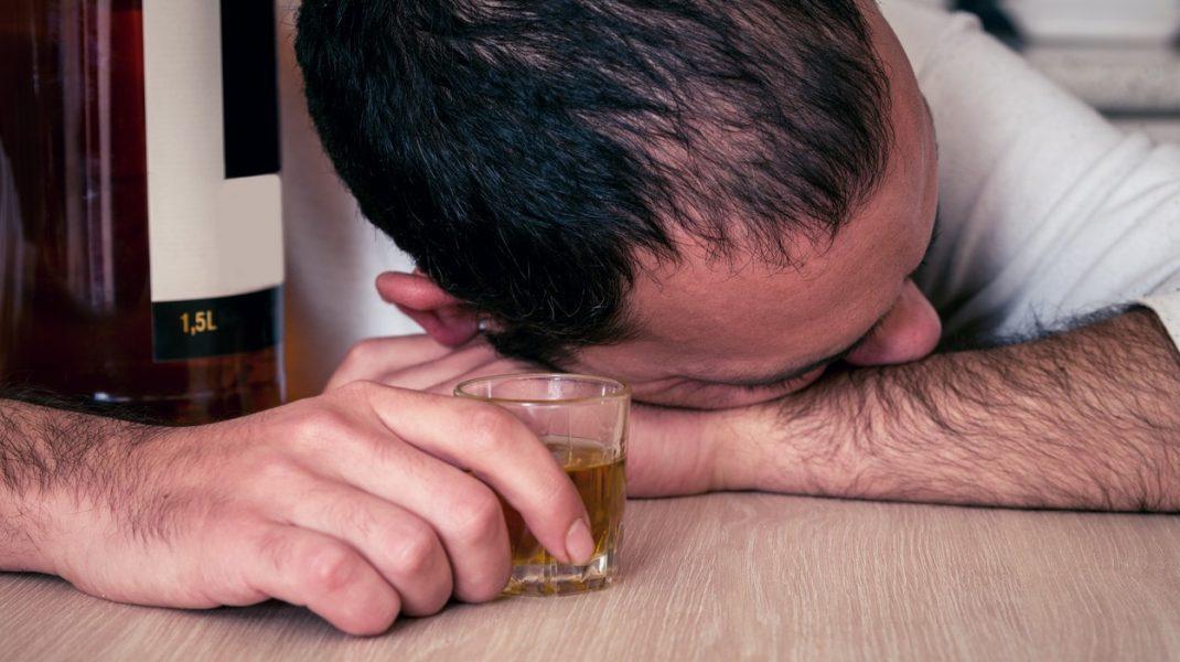 Un bărbat din Bacău a vrut să fure băutură, dar s-a îmbătat şi a adormit în magazin
