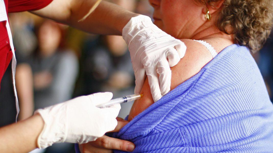 Un medic a vaccinat mai mulţi pacienţi cu ser fiziologic, în loc de serul de la Pfizer