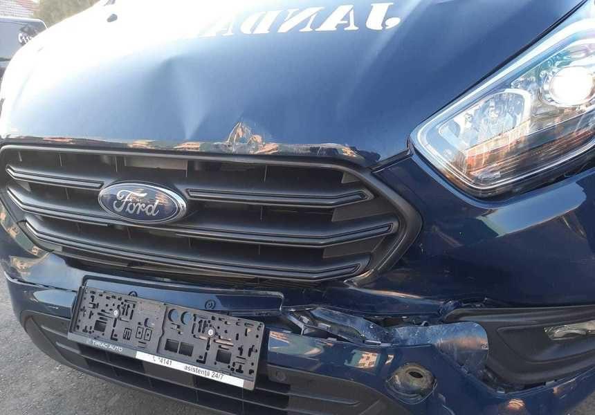O mașină a Jandarmeriei a lovit o autoutilitară care transporta doze de vaccin anti-Covid-19 la Iași