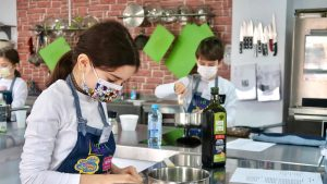 """""""Chefi de mici"""". Cum au reușit două antreprenoare să transforme arta culinară în joacă pentru copii"""