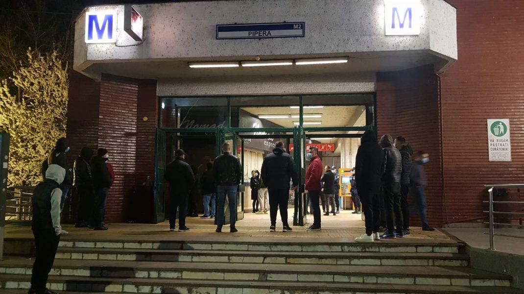 """FOTO-VIDEO. Chioșcurile de la stația de metrou Pipera, demolate joi seara. Călătorii, nemulțumiți că s-a restricționat accesul. """"Noi cu ce mai ajungem acasă, după 8 ore de muncă?"""""""
