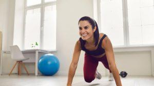5 minute de mișcare la fiecare oră sunt suficiente ca să rămâi activ în carantină. Recomandările cercetătorilor britanici
