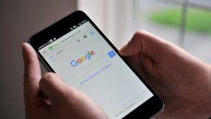 Studiu: Google colectează de 20 de ori mai multe informații despre tine decât Apple