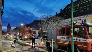 Trei oameni au primit îngrijiri medicale, după ce o casă din Sibiu a luat foc. FOTO