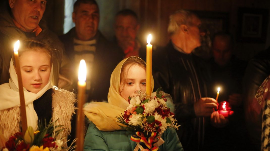 Slujba-de-Înviere-la-Biserica-de-lemn-din Mănăstioara-Udești