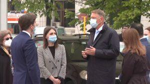 VIDEO. Klaus Iohannis, în vizită la primul centru drive-thru deschis în București