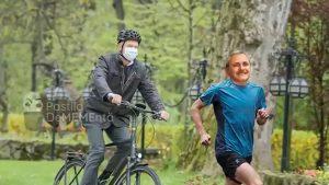 Cele mai tari meme cu Iohannis, după ce a mers cu bicicleta la Cotroceni. Unii și-au imaginat că-l aleargă pe fostul rival politic Liviu Dragnea. VIDEO