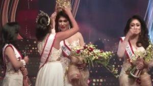 """Câștigătoarea """"Mrs. Sri Lanka"""", rănită la cap pe scenă. Momentul în care o fostă concurentă îi smulge coroana. VIDEO"""