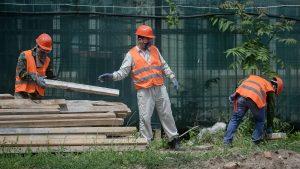 Focar de coronavirus în Brașov. 8 persoane venite din India și-ar fi îmbolnăvit colegii cu care lucrau pe un șantier de construcții