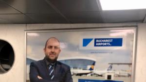 """Portretul lui Cosmin Pesteșan, directorul Companiei Aeroporturi București, a fost afișat pe panourile de la Otopeni. """"Toate aeroporturile mari își promovează oamenii"""""""