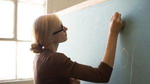 """""""Profesorii nu mai au tragere pentru muncă"""". 1 din 3 vrea să renunțe la predare, arată un sondaj din UK"""