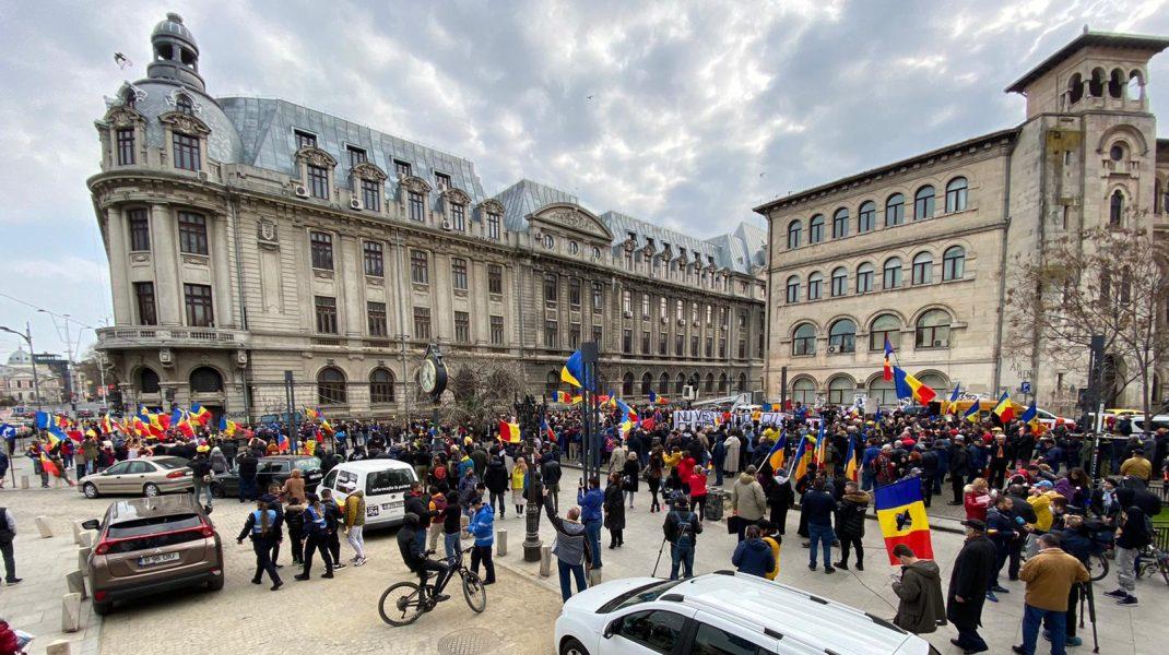 Aproximativ 300 de oameni s-au strâns în centrul Bucureștiului pentru a protesta împotriva restricțiilor. FOTO-VIDEO