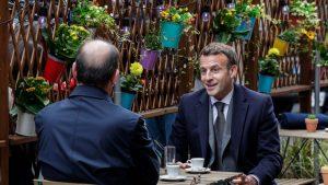 Emmanuel Macron a sărbătorit relaxarea restricţiilor la o cafenea. Cum a fost surprins preşedintele Franţei