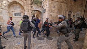 Ierusalimul s-a transformat în zonă de război. Palestinienii s-au bătut cu poliţia lângă o moschee