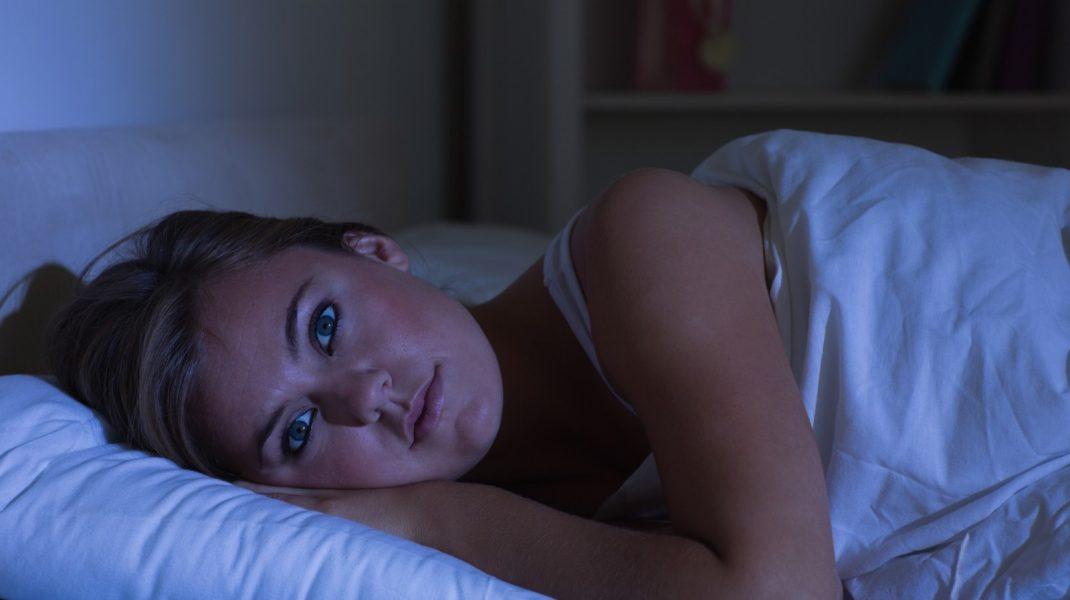 femeie-se-uita-la-televizor-noaptea