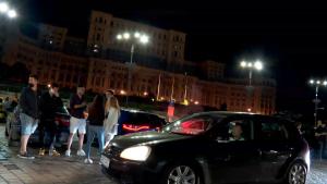 Zeci de tineri au sărbătorit în Piaţa Constituţiei relaxarea restricţiilor