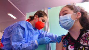O adolescentă este vaccinată anti-COVID.
