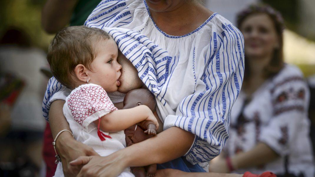copil alăptat la sânul mamei.