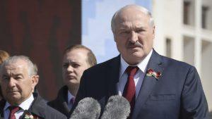 Aleksandr Lukashenko în fața unui microfon.