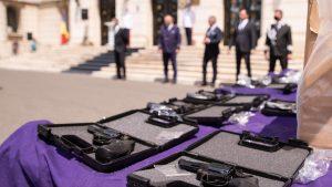 Armele confiscate au fost prezentate în fața Ministerului Afacerilor Interne. Foto: MAI