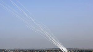 Trei civili au murit și alți 120 sunt răniți, în urma atacurilor cu rachete, lansate de gruparea Hamas asupra Israelului. Consiliul de Securitate al ONU se reunește de urgență