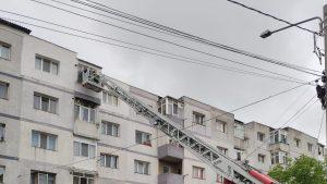 Pompierii scot cu platforma o femeie care a rămas captivă în baia din locuința sa.