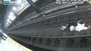 Salvat de la moarte în ultima clipă de pe șinele de tren. Cum au devenit eroi doi polițiști. VIDEO