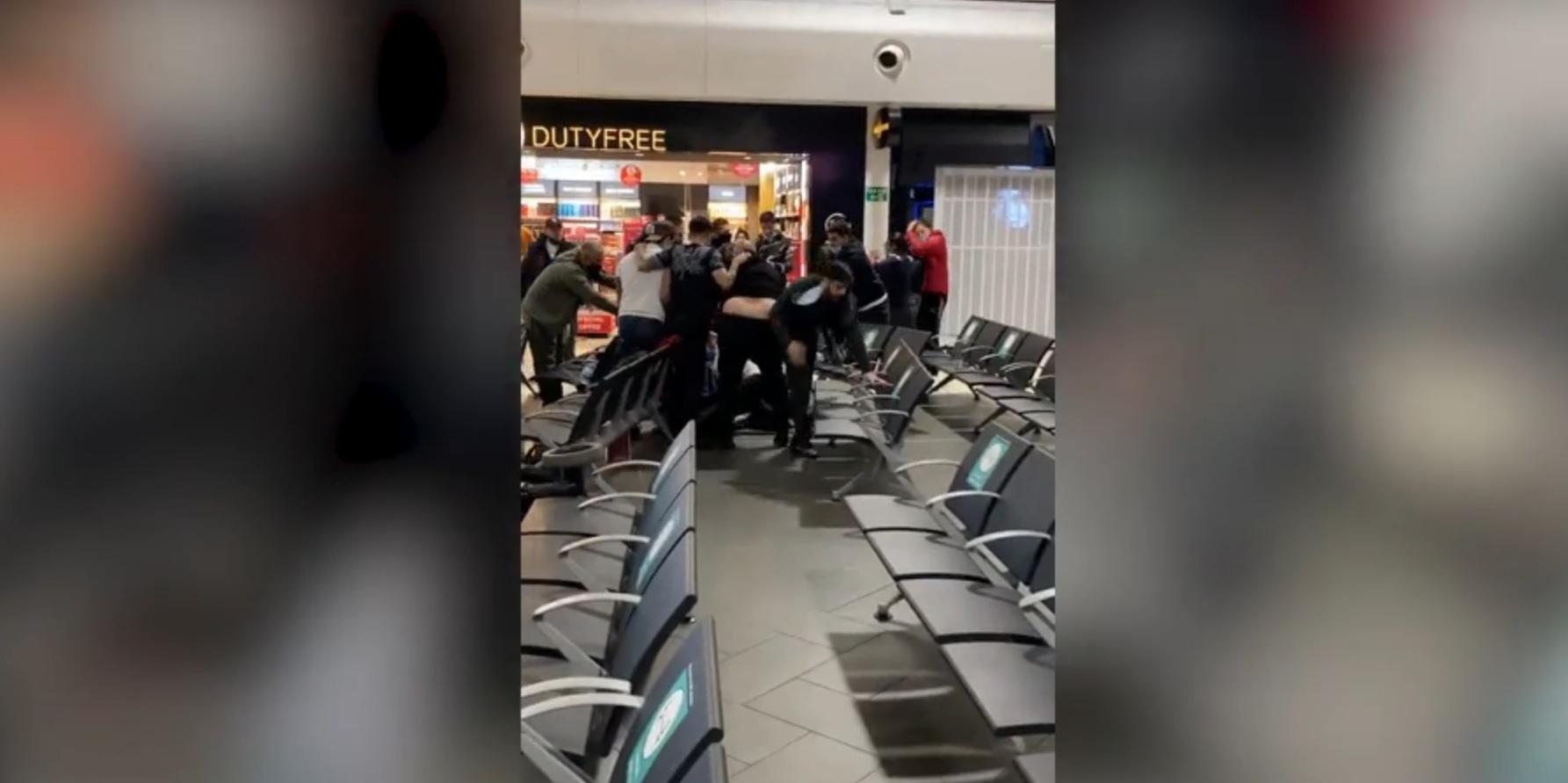 Bătaie între mai mulți români pe Aeroportul Luton. Trei oameni au ajuns la spital cu răni grave, iar 17 persoane au fost arestate. VIDEO