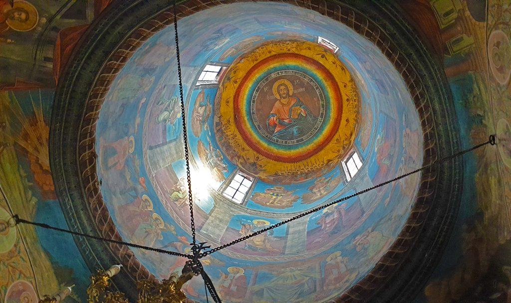 Tavanul unei biserici cu icoane.