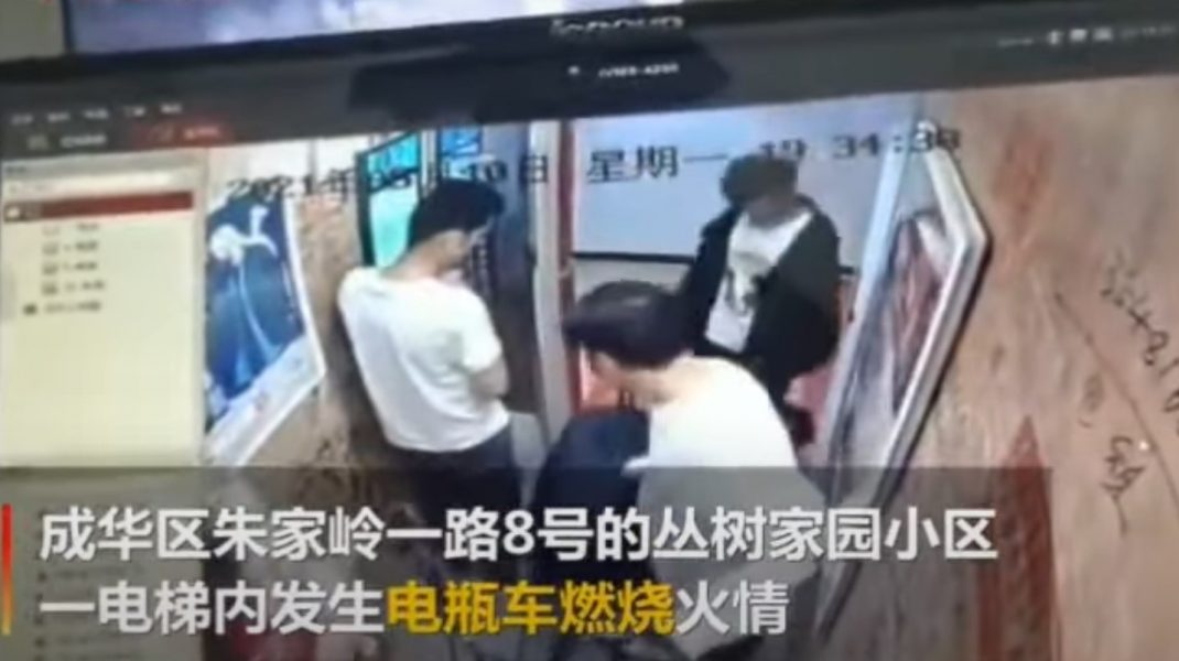 VIDEO. Momentul în care o bicicletă electrică explodează într-un lift. Cinci oameni au fost răniți