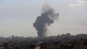 Fum care se ridică în urma atacului din Fâșia Gaza