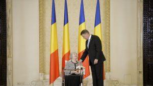 Presedintele Klaus Iohannis si scriitoarea Ileana Vulpescu discuta la Palatul Cotroceni.