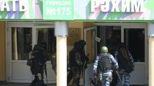 politisti si militari intra in scoala 175 din kazan, rusia, dupa atacul armat din 11 mai 2021.