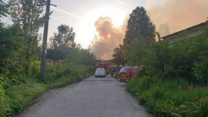 Un echipaj de intervenție încearcă să stingă un incendiu izbucnit la un depozit de paleți