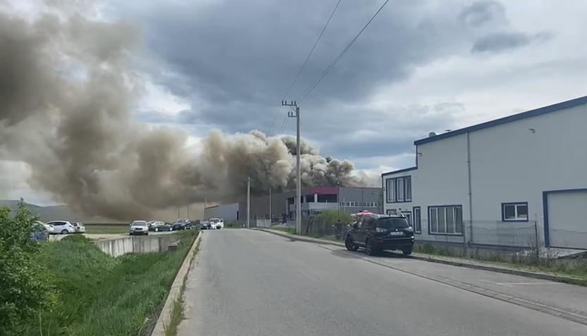 Incendiu violent la fabrica de hârtie igienică de la Dej. Pagubele sunt uriașe