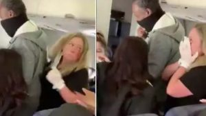 Însoțitoare de zbor, lovită cu pumnul în față de o pasageră. Și-a pierdut doi dinți în urma altercației. VIDEO