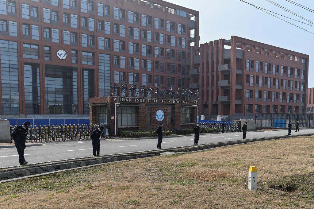Paznici în fața Institutului de Virusologie din Wuhan, China.