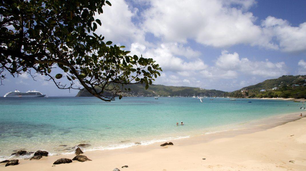 plaja de pe insula bequia, in caraibe.
